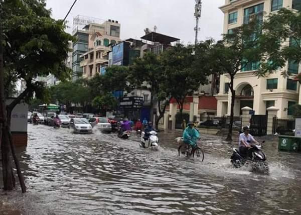 """HN bất ngờ mưa lớn đầu hè, người dân """"bơi"""" trong nước 3"""