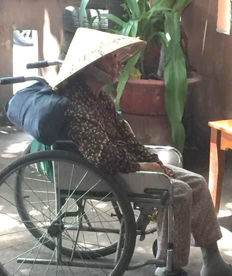Bà cụ ngồi xe lăn, 8 đứa con ruột và 1 người con nuôi 2