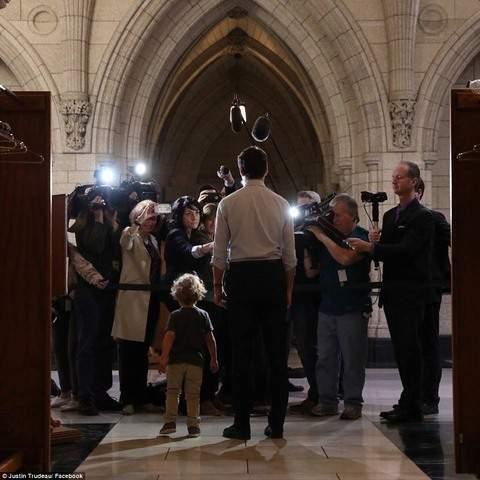 """Thủ tướng điển trai Canada """"gây bão"""" vì chơi với con trai 5"""