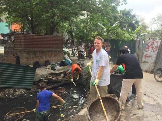 """""""Ông Tây nhặt rác"""" muốn biến mương thối thành một khu vườn 1"""