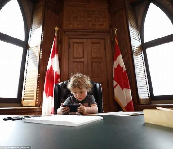 """Thủ tướng điển trai Canada """"gây bão"""" vì chơi với con trai 3"""