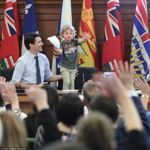 """Thủ tướng điển trai Canada """"gây bão"""" vì chơi với con trai 1"""