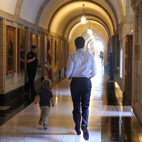 """Thủ tướng điển trai Canada """"gây bão"""" vì chơi với con trai 4"""