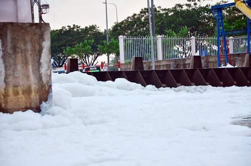 """""""Tuyết"""" phủ trắng kênh đen khiến người SG ngỡ ngàng 6"""