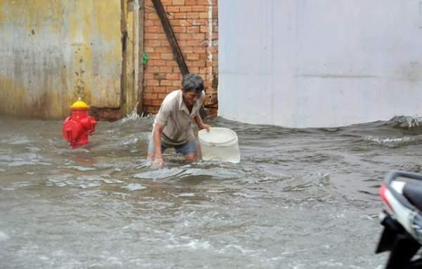 Mưa 20 phút, đường phố Sài Gòn nước chảy như thác đổ 17