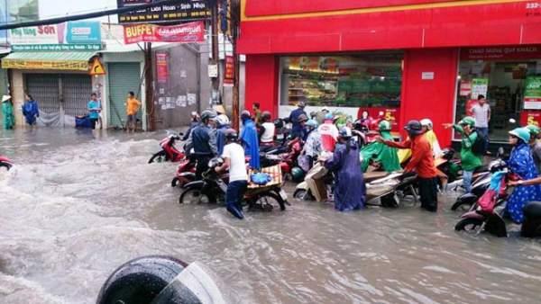 Mưa 20 phút, đường phố Sài Gòn nước chảy như thác đổ 1