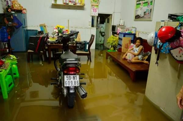 Mưa 20 phút, đường phố Sài Gòn nước chảy như thác đổ 15