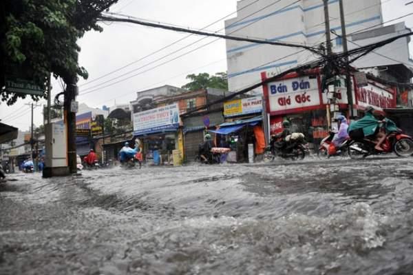 Mưa 20 phút, đường phố Sài Gòn nước chảy như thác đổ 7
