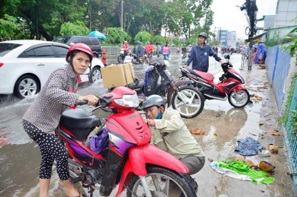 Mưa 20 phút, đường phố Sài Gòn nước chảy như thác đổ 18