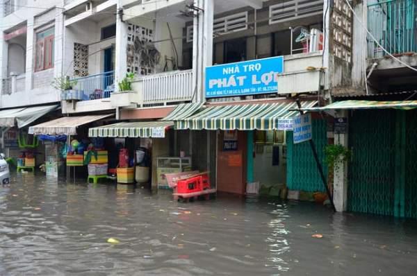 Mưa 20 phút, đường phố Sài Gòn nước chảy như thác đổ 13