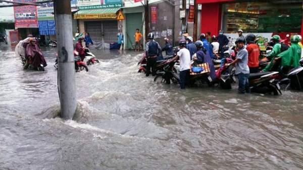 Mưa 20 phút, đường phố Sài Gòn nước chảy như thác đổ 2