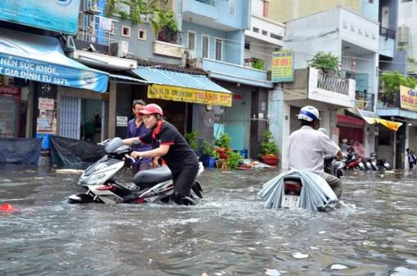 Mưa 20 phút, đường phố Sài Gòn nước chảy như thác đổ 10