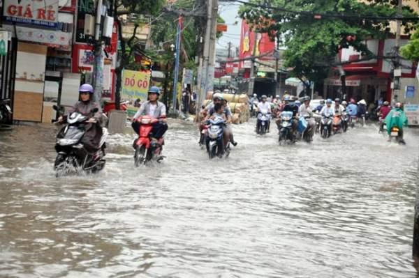Mưa 20 phút, đường phố Sài Gòn nước chảy như thác đổ 8