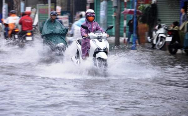 Mưa 20 phút, đường phố Sài Gòn nước chảy như thác đổ 5
