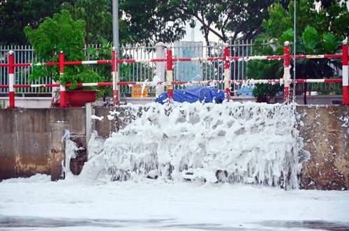 """""""Tuyết"""" phủ trắng kênh đen khiến người SG ngỡ ngàng 8"""