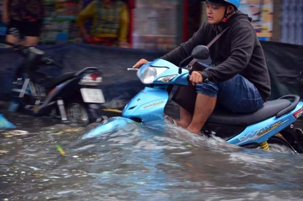 Mưa 20 phút, đường phố Sài Gòn nước chảy như thác đổ 11