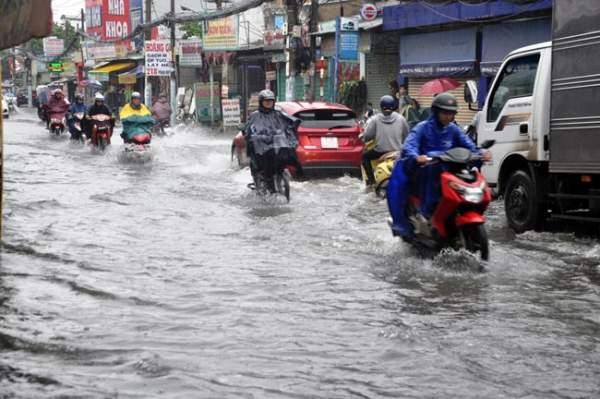 Mưa 20 phút, đường phố Sài Gòn nước chảy như thác đổ 4