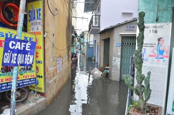 Mưa 20 phút, đường phố Sài Gòn nước chảy như thác đổ 12
