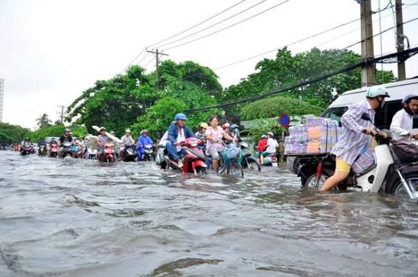 Mưa 20 phút, đường phố Sài Gòn nước chảy như thác đổ 16