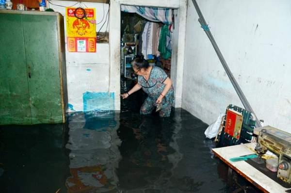 Mưa 20 phút, đường phố Sài Gòn nước chảy như thác đổ 14