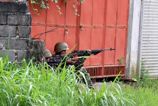 Cận cảnh quân đội Philippines tìm diệt IS trên đường phố 4