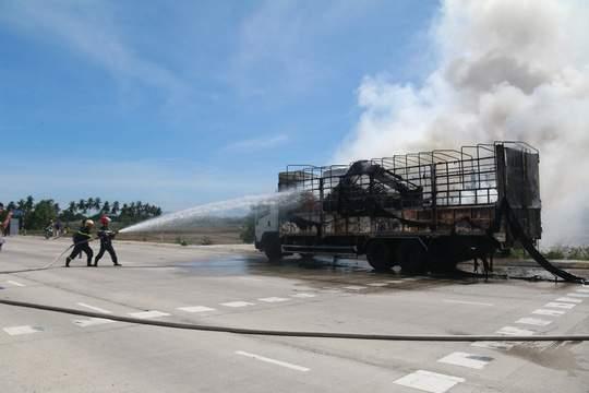 Nghẹt thở xem tài xế điều khiển xe tải bốc cháy ngùn ngụt 3