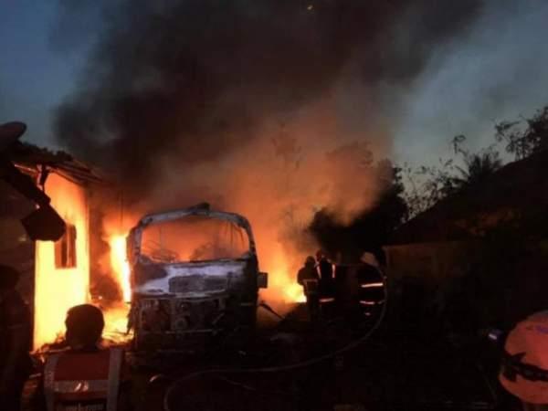 Nghẹt thở xem tài xế điều khiển xe tải bốc cháy ngùn ngụt 4