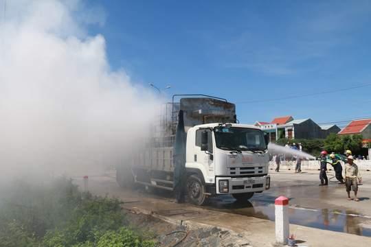 Nghẹt thở xem tài xế điều khiển xe tải bốc cháy ngùn ngụt 1
