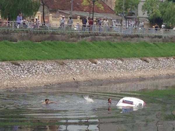 Xe tông nhân viên bến phà rồi lao xuống sông 2