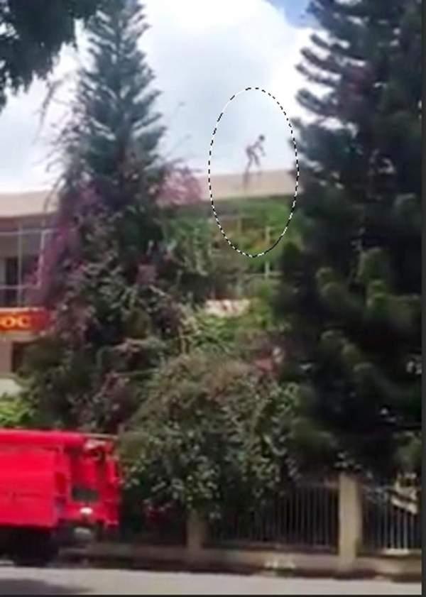 Thanh niên nhảy từ nóc trụ sở công an đã tử vong 1