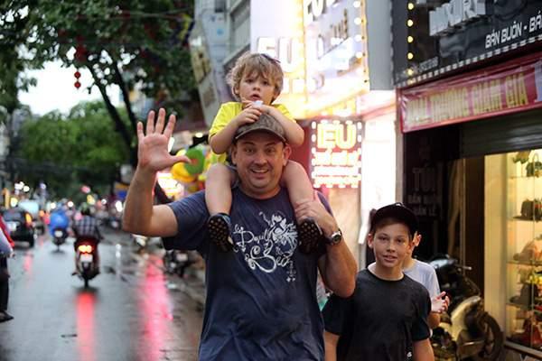 """Ảnh: Người Hà Nội sung sướng đi dưới """"mưa vàng"""" 14"""