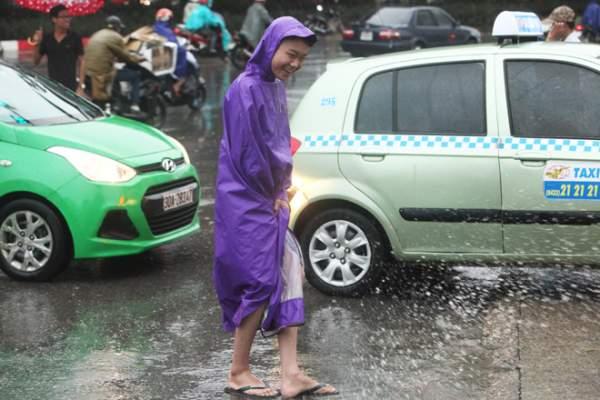 """Ảnh: Người Hà Nội sung sướng đi dưới """"mưa vàng"""" 4"""