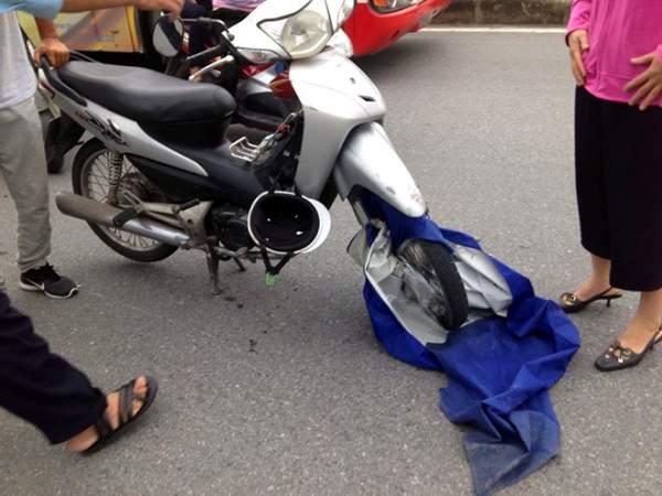 Hi hữu: Ngã sấp mặt vì áo mưa cuốn vào bánh xe 3