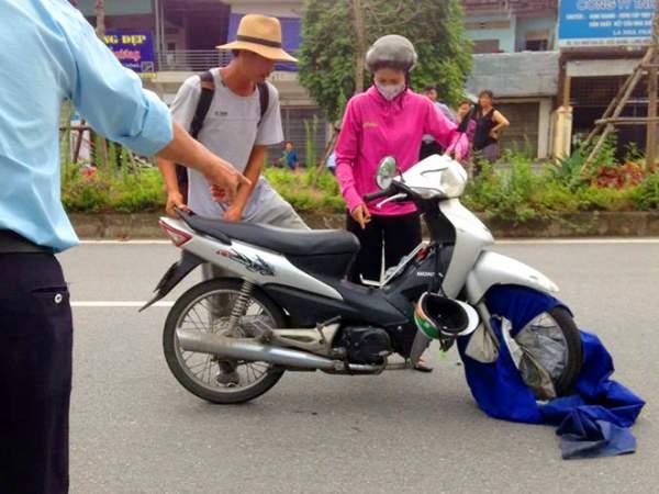 Hi hữu: Ngã sấp mặt vì áo mưa cuốn vào bánh xe 1
