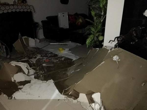 Cả mảng trần đổ sập xuống căn hộ chung cư 1