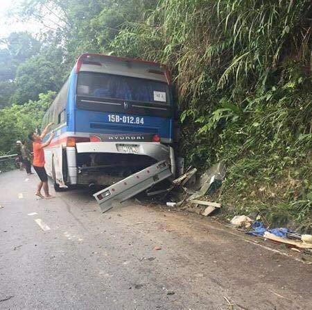 Xe chở hơn 40 học sinh đâm vào vách núi, 5 người thương vong 2