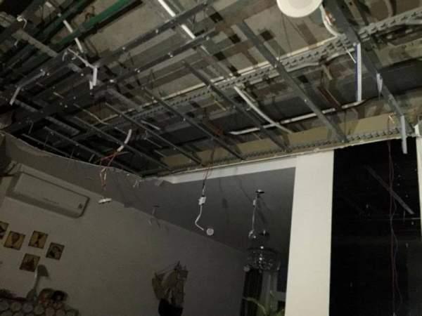 Cả mảng trần đổ sập xuống căn hộ chung cư 3