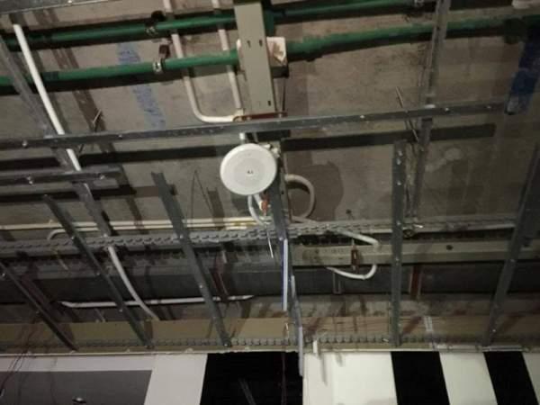 Cả mảng trần đổ sập xuống căn hộ chung cư 2