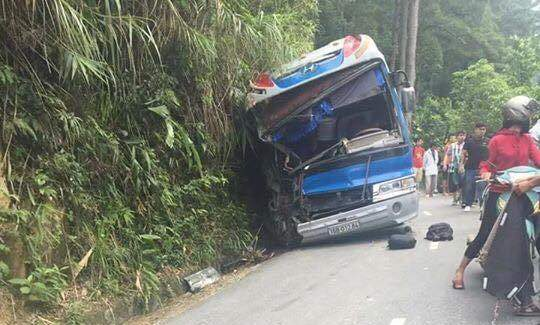 Xe chở hơn 40 học sinh đâm vào vách núi, 5 người thương vong 1
