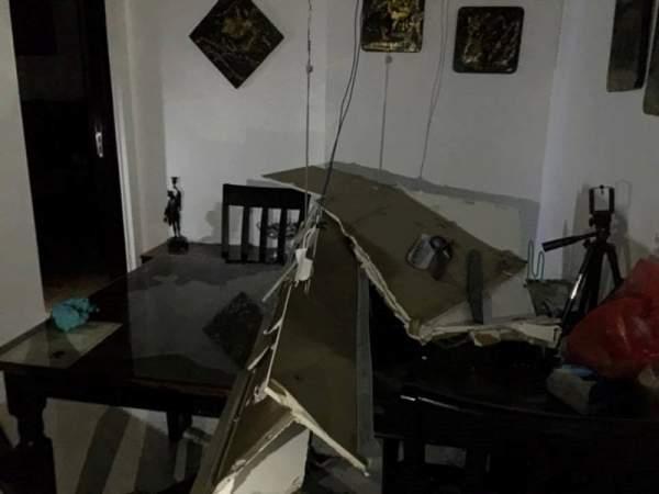 Cả mảng trần đổ sập xuống căn hộ chung cư 4