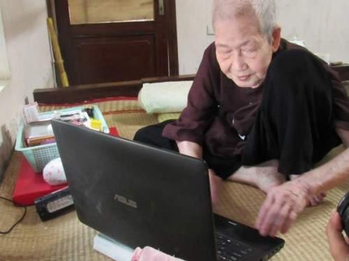 "Cụ bà 93 tuổi ""sành internet nhất VN"" qua lời kể của con dâu 2"
