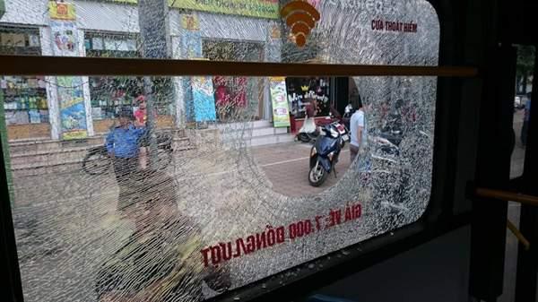 Giận người yêu ném vỡ kính xe buýt, một hành khách vỡ đầu 2