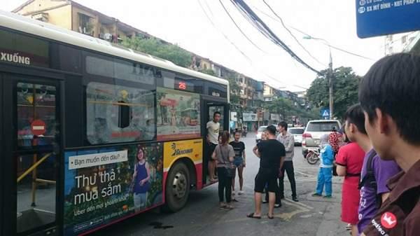 Giận người yêu ném vỡ kính xe buýt, một hành khách vỡ đầu 1