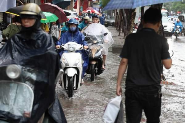 HN: Mưa ngập trắng đường, dân loay hoay tìm lối thoát 10
