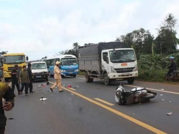 Xe bán tải đâm xe máy văng 30m, 2 nữ sinh thương vong 3