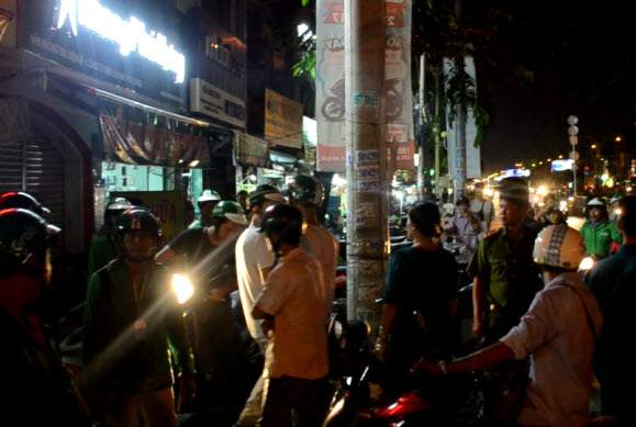 Grabbike và xe ôm truyền thống hỗn chiến, cảnh sát nổ súng trấn áp 1