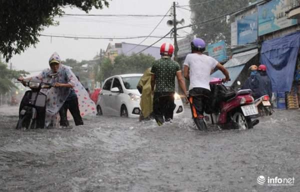 """TP.HCM: Người dân lại """"bơi"""" trong cơn mưa trắng trời, xe chết máy la liệt 6"""