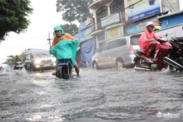 """TP.HCM: Người dân lại """"bơi"""" trong cơn mưa trắng trời, xe chết máy la liệt 11"""