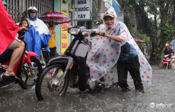 """TP.HCM: Người dân lại """"bơi"""" trong cơn mưa trắng trời, xe chết máy la liệt 7"""