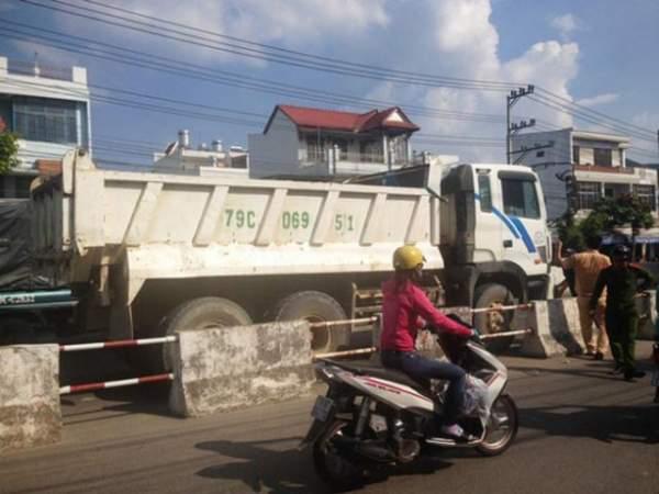 Xe tải mất thắng tông hàng loạt xe máy chờ đèn đỏ 3